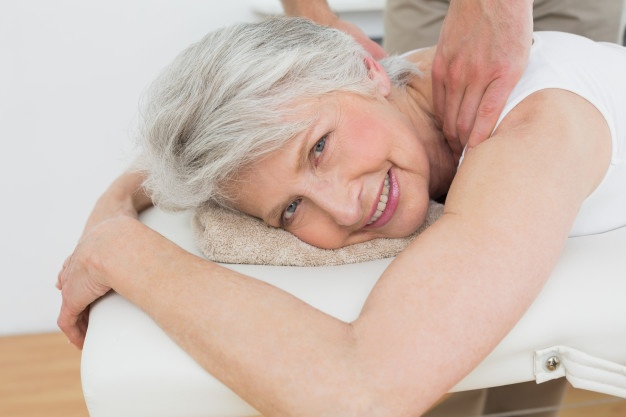 mujer fisioterapia masaje