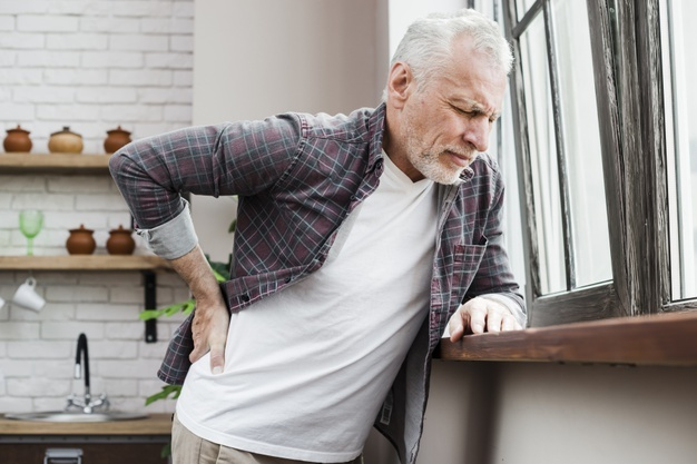 hombre mayor dolor lumbar